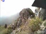 Экстремальная езда по горе на мотоцикле.